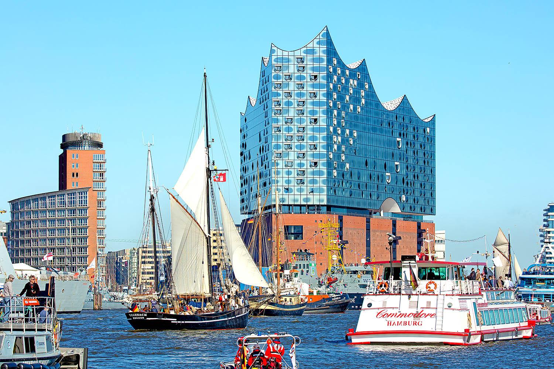 Hansestadt Hamburg, Hamburger Hafengeburtstag 2016, Einlaufparade mit Blick zur Elbphilharmonie.