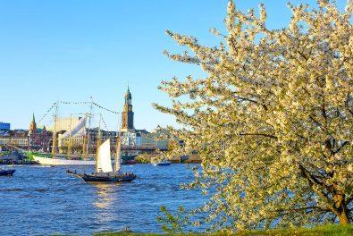 Hamburger Hafen mit Michel und Landungsbrücken