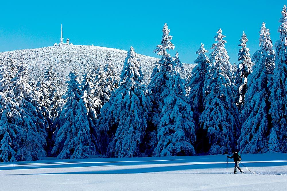 Travel Deutschland,Niedersachsen Harz im Winter, Blick von Torfhaus zum Brocken, Schnee. Foto ©Ingo Wandmacher