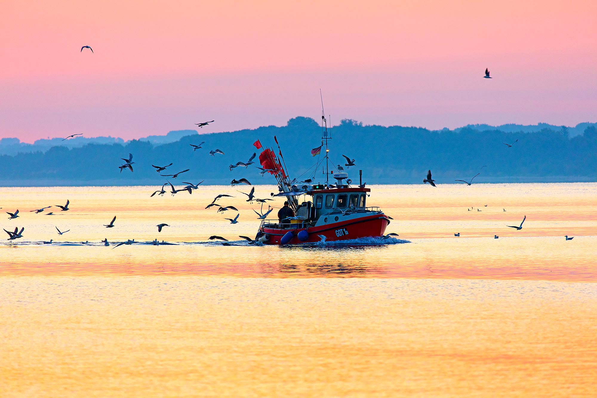 Schleswig-Holstein, Travemünde, Fischerboot in der Morgendämmerung. Foto ©Ingo Wandmacher.