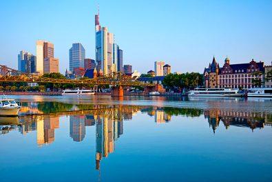 Frankfurt am Main, Stadtpanorama mit Main und Eiserner Steg