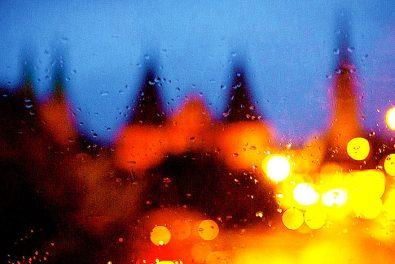 Lübecker Holstentor im November bei Regenwetter