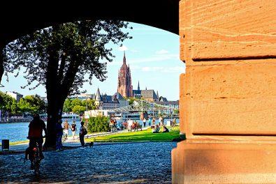 Frankfurt am Main, Blick vom Museumsufer über den Main auf den Eiserner Steg und dem Kaiserdom