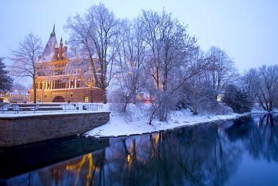 Hansestadt Luebeck, winterlicher Blick ueber die Trave auf das Holstentor.