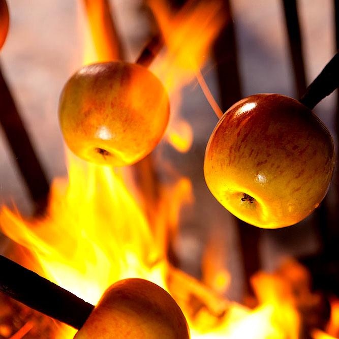 Food, Foodfotografie, Norddeutschland. Bratäpfel am Feuer