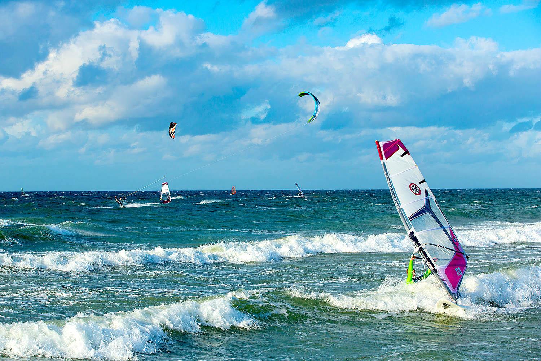 Schleswig-Holstein. Ostseeinsel Fehmarn. Surfen am Strand von Westermarkeldorf. Foto: Ingo Wandmacher