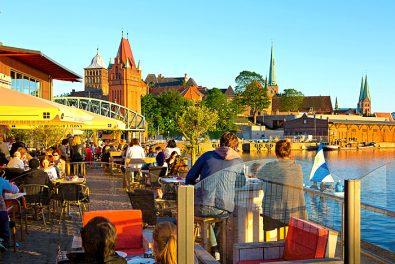 Schleswig-Holstein, Hansestadt Lübeck, Restaurant an der Untertrave mit Blick zum Burgtor und Marienkirche.
