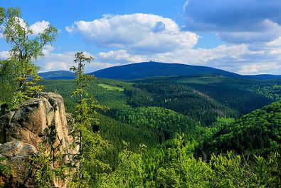 Niedersachsen, Harz. Blick von der Rabenklippe auf den Brocken.