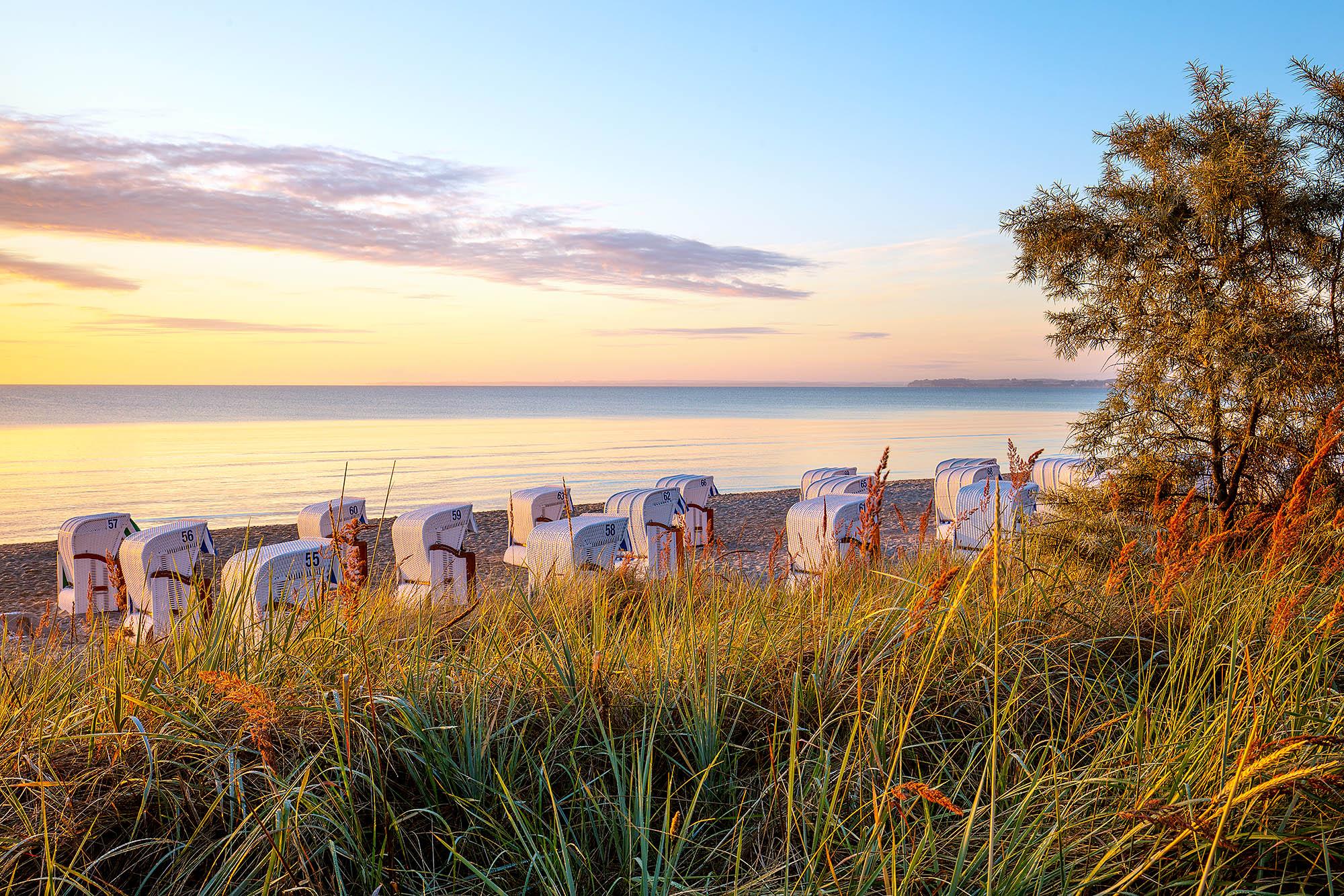 Schleswig-Holstein,Ostseeküste,Lübecker Bucht.Scharbeutz, Morgenstimmung an der Dünenmeile, Blick auf den Strand mit Strandkörben und das Meer. Foto: Ingo Wandmacher