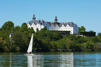 Schleswig-Holstein, Holsteinische Schweiz, Plön. Blick über den Grossen Plöner See auf das Plöner Schloss.