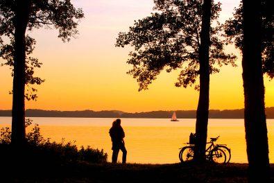 Schleswig-Holstein,Holsteinische Schweiz, See, Ploener See, Bosau. Fahrrad, Paar Fahrradfahren am See.