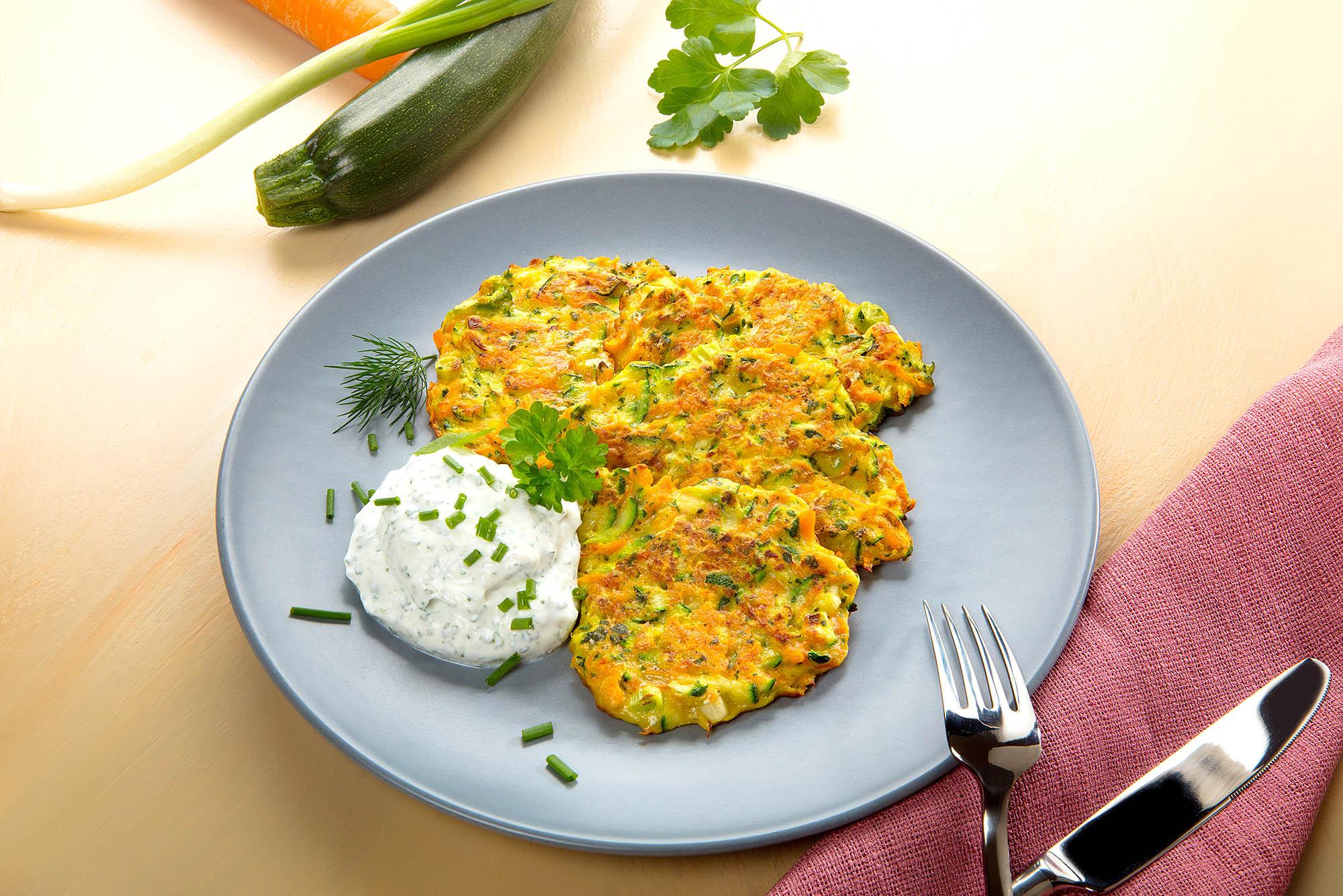 Food, Food-fotografie. Vegetarisches Rezept. Karotten-Zucchini-Puffer mit Quarkdip. Foto: Ingo Wandmacher