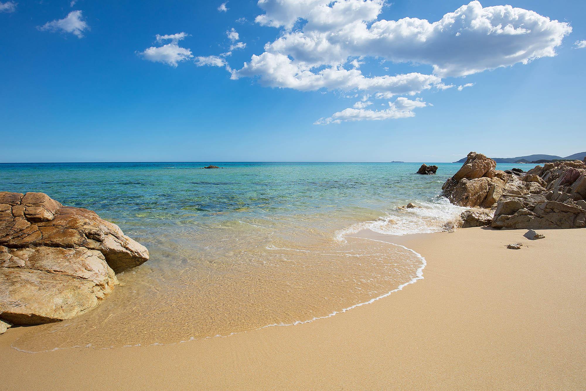 Italien, Sardinien. Mittelmeerstrand an der Costa Rei. Ein Küstenabschnitt an der Ostküste der Insel.