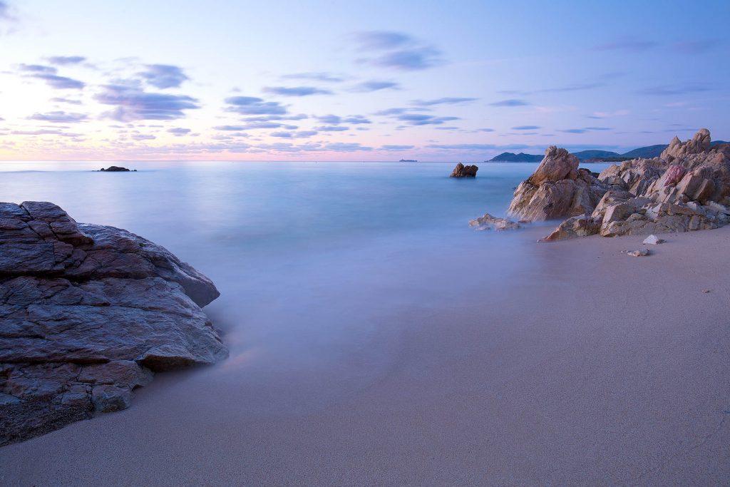 Italien, Sardinien. Mittelmeerstrand an der Costa Rei.Der Strand am frühen Morgen. Ein Küstenabschnitt an der Ostküste der Insel.