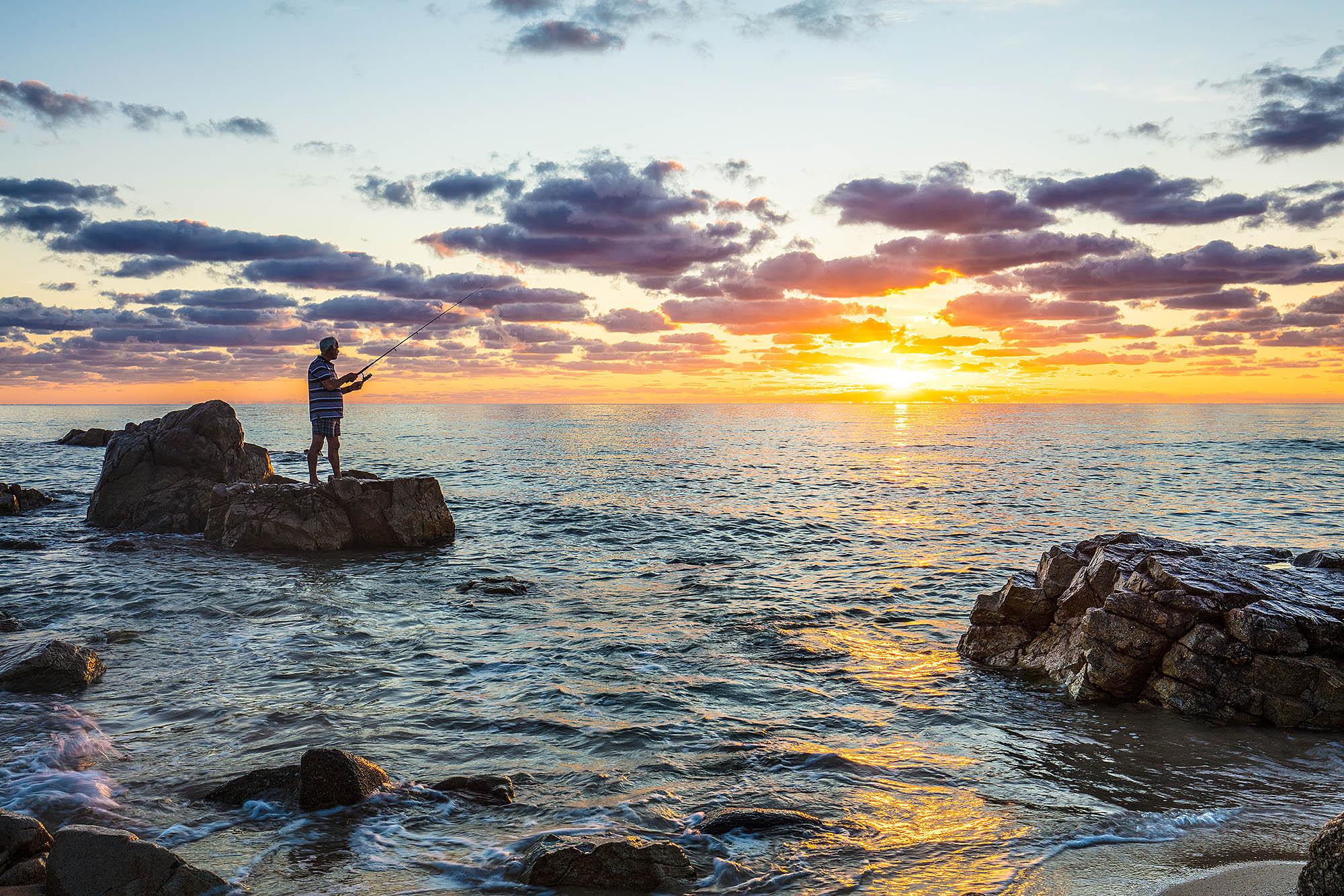 Italien, Sardinien. Mittelmeerstrand an der Costa Rei.Sonnenaufgang am Mittelmeer. Ein Küstenabschnitt an der Ostküste der Insel.