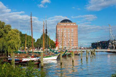Hansestadt Hamburg,Övelgönne , Museumshafen mit hist. Kühlhaus (Augustinum im Hintergrund)