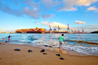 Hansestadt Hamburg, Övelgönne Elbstrand. Blick über die Elbe auf die Hafenanlage