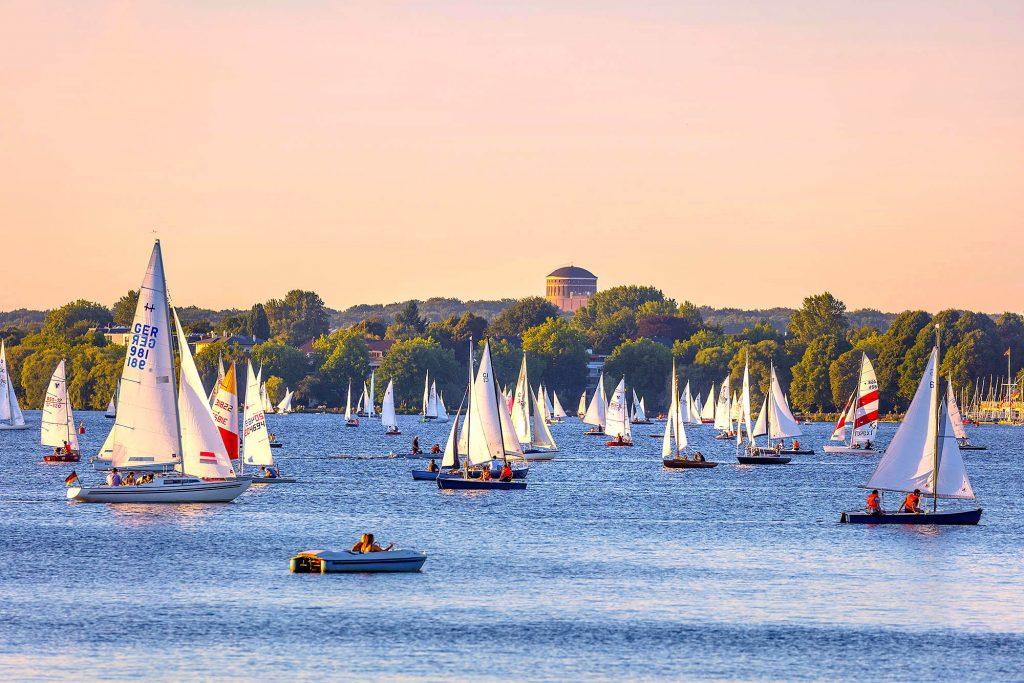 Hamburg, Innenstadt, Wasser, See, Fluss, Aussenalster. Segel im Abendlicht