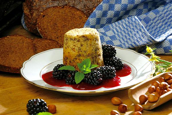 NRW Münsterland. Pumpernickelpudding mit heisser Brombeersosse, Dessert