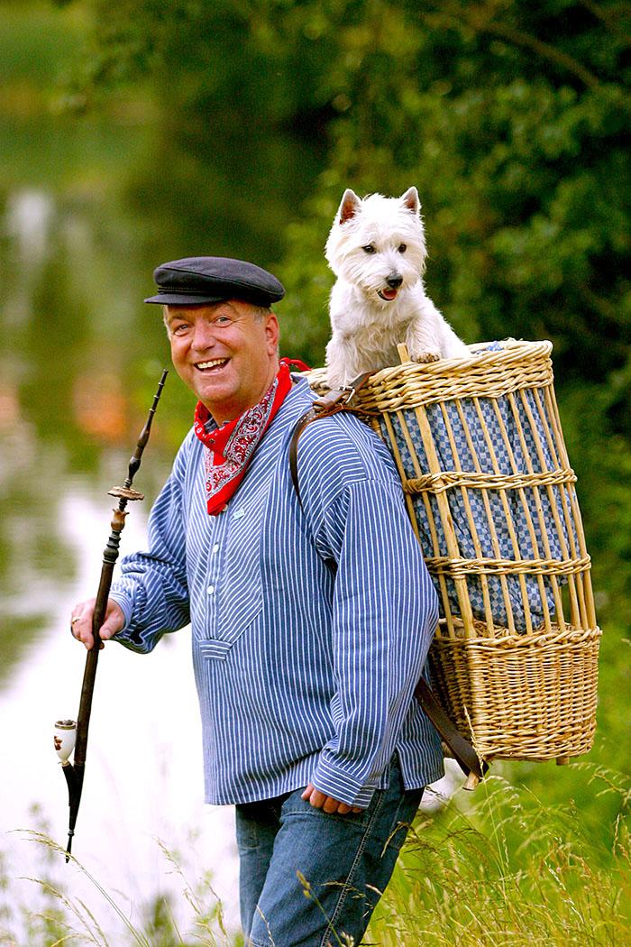 Nordrhein-Westfalen,Muensterland. Der Kiepenkerl, Symbol des wandernden Handelsmann. Blauer Kittel,rotes Halstuch,die Pfeife im Mundwinkel und die Kiepe auf dem Ruecken, der Piepenkerl ist eine Symbolfigur des Muensterlandes.