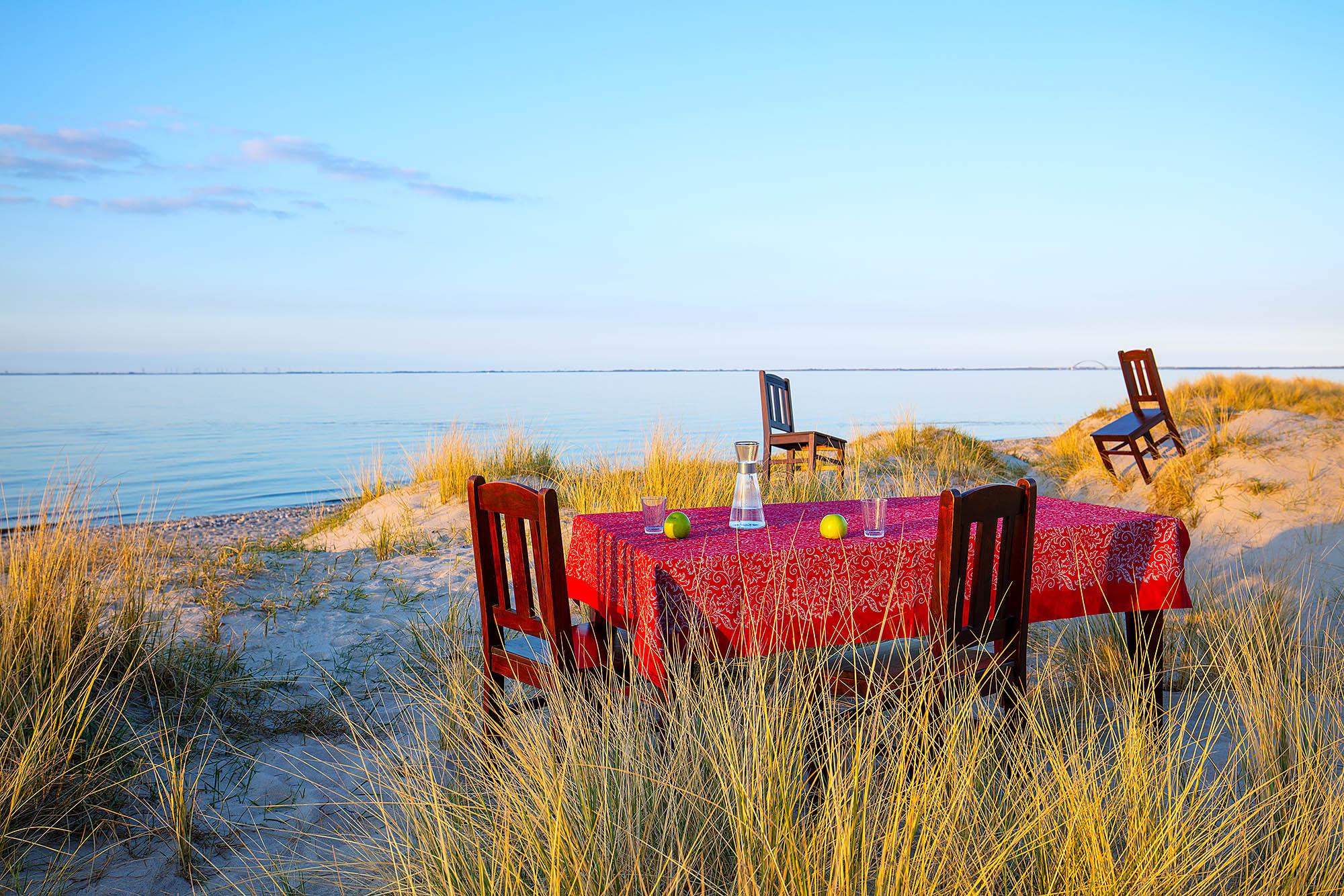 Still Life Fotografie Tisch mit Farbdrucktischdecke am Strand von Heiligenhafen. Färberhof in Neustadt in Holstein